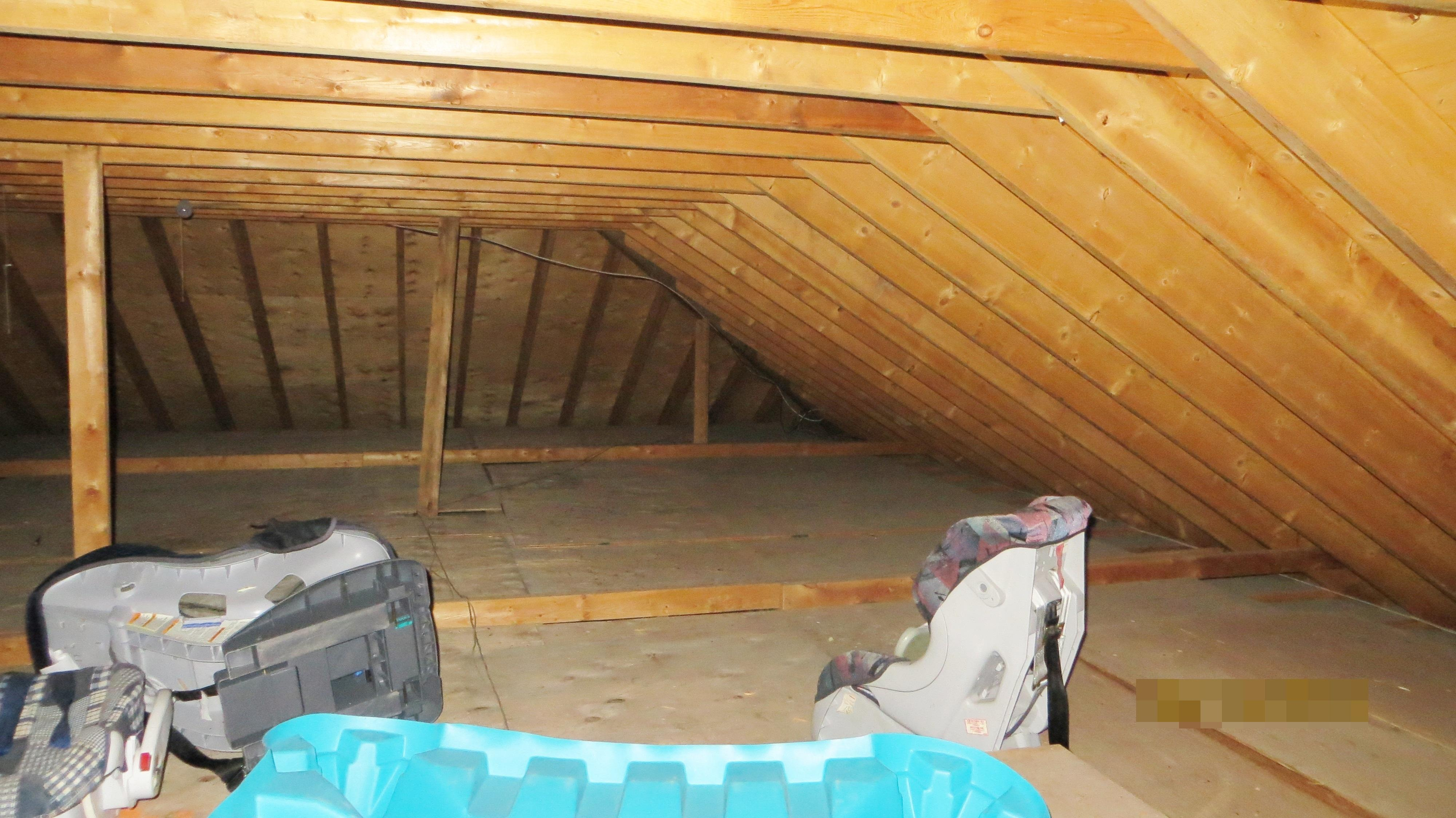 No attic insulation, heat loss